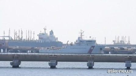 La nave Gregoretti in porto ad Augusta, i migranti ancora a bordo