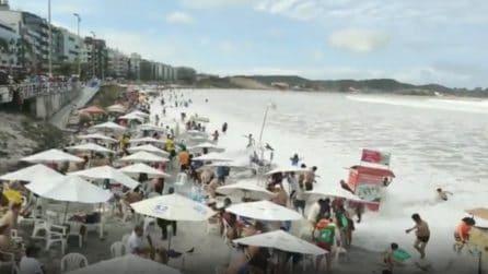 Onda enorme travolge e trascina con sé ogni cosa in spiaggia: paura per i bagnanti
