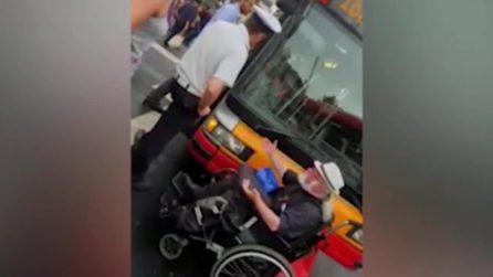 Roma, il bus non ha la rampa per disabili: passeggero in carrozzella blocca il mezzo