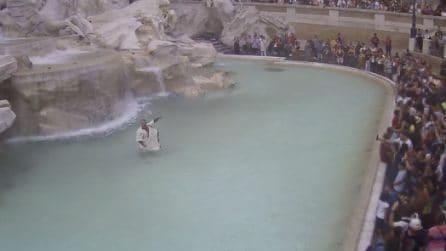 Si tuffa nella Fontana di Trevi vestito da antico romano: multa salata e daspo