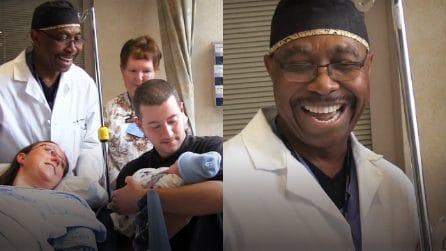 Il dottore che cantando ha dato il benvenuto più dolce a oltre 8.000 bambini