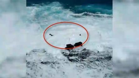 L'alta marea li coglie di sorpresa: i turisti rischiano di annegare