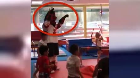 La mascotte gioca con i bambini ma combina un disastro