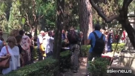 """L'omaggio dei vip sulla tomba di Andrea Camilleri: """"Dobbiamo mantenere vivo il suo valore umano"""""""