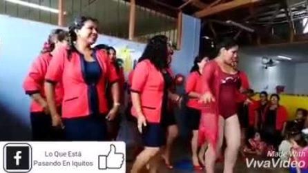Il ballo delle maestre che festeggiano a ritmo di musica