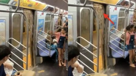 La metropolitana si allaga: le immagini assurde a bordo dei treni