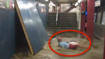La forza dell'acqua abbatte un uomo: le immagini impressionanti nella stazione della metro