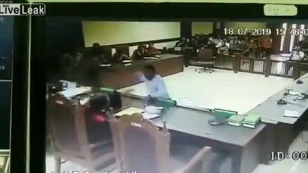 L'avvocato è in disaccordo con la sentenza: sfila la cintura e aggredisce la giudice