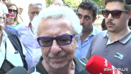 """L'ultimo abbraccio di Napoli al """"professore"""" Luciano De Crescenzo"""
