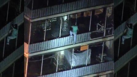 Spiderman nella vita reale: scende per 19 piani aggrappandosi ai balconi