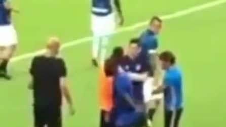 Conte si avicina a Lukaku e gli parla: la scena ripresa da un tifoso