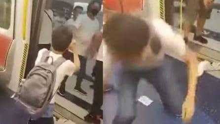 Caos in metropolitana: turisti e pendolari picchiati selvaggiamente