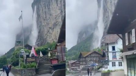Le impressionanti immagini riprese da un turista durante il forte temporale