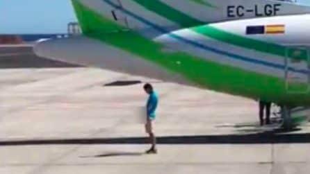L'uomo viene beccato sulla pista dell'aeroporto: un addetto lo richiama