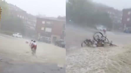 Strade completamente allagate durante la gara: i ciclisti hanno la peggio