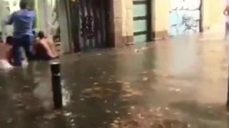 Barcellona colpita da un violento temporale: le strade sono completamente allagate