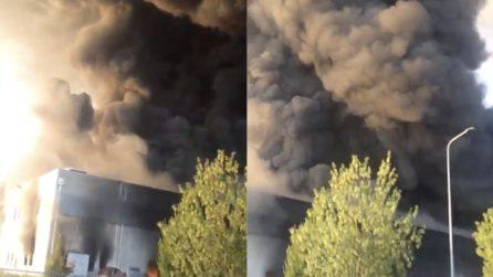 Incendio Faenza: la colonna di fumo è altissima e spaventosa