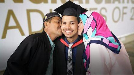 Lavora come inserviente per permettere ai genitori di assistere alla sua laurea