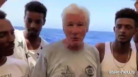 Richard Gere a bordo della Open Arms porta acqua e tanto cibo