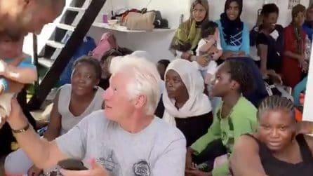 Richard Gere a Lampedusa: l'attore a bordo della nave Open Arms con 121 migranti