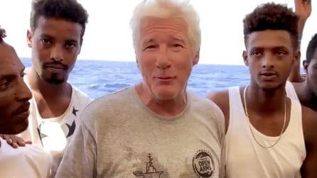 Richard Gere cuore d'oro: porta cibo e acqua ai migranti dell'Open Arms a Lampedusa