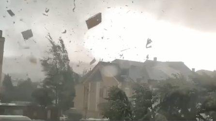 Tetti divelti, auto sollevate: il tornado è violentissimo
