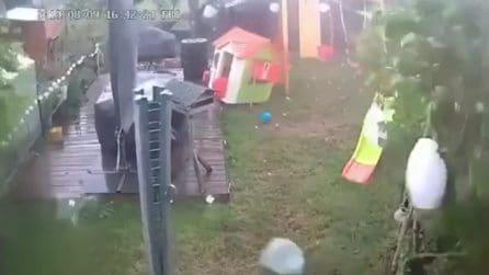 Tornado violentissimo, cosa accade nel giardino di questa casa: impressionante