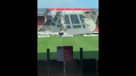 Maltempo, crolla una parte del tetto dello stadio dell'Az Alkmaar