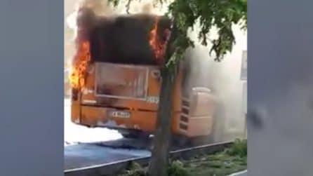 Autobus avvolto dalle fiamme: panico tra i passeggeri a bordo