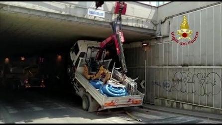 Firenze, camion si incastra nel sottopasso: l'intervento dei vigili del fuoco