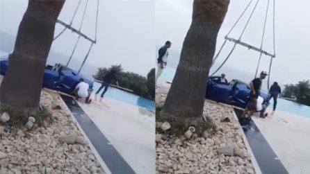 L'ex di Neymar non frena in tempo e la Lamborghini finisce in piscina: il recupero dell'auto