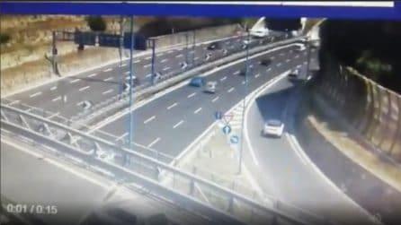 Napoli, folle manovra sulla tangenziale: in retromarcia sulla corsia d'accelerazione