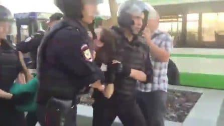 Russia, arrestata la 17enne che ha sfidato Putin: ha letto la Costituzione davanti ai poliziotti
