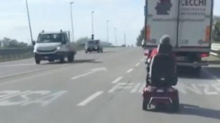 Sullo scooter elettrico in autostrada: i conducenti non possono non filmarlo