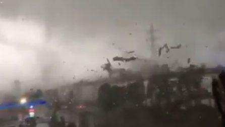 Il tornado è violentissimo e non lascia scampo: scenario apocalittico