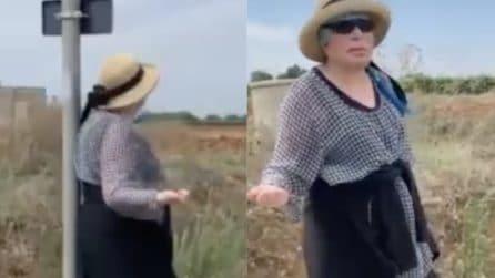 Loredana Bertè fa l'autostop per raggiungere la tenuta di Al Bano