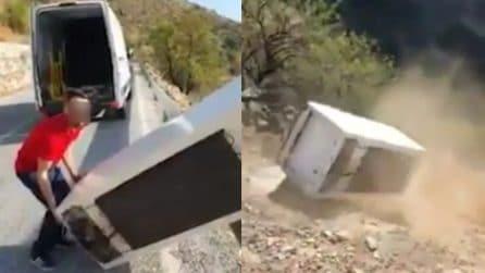 Si sbarazza del frigorifero gettandolo dalla scogliera: il gesto incivile