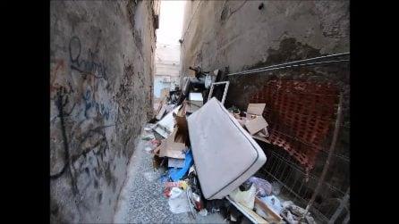 Napoli, vicolo Piscicelli a Forcella è una discarica abusiva