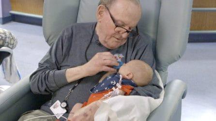 Nonno dal cuore d'oro, da 14 anni culla i bimbi prematuri per alleviare le loro sofferenze