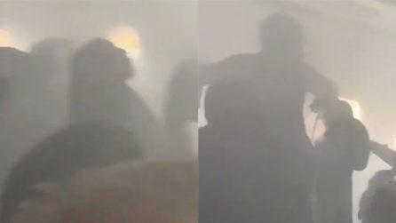 Il motore si incendia durante il volo e il fumo invade la cabina: panico a bordo