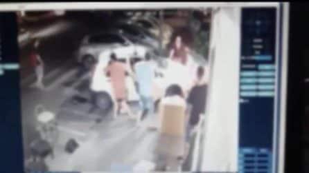 Napoli, auto impazzita in piazza Nazionale investe due donne sul marciapiede