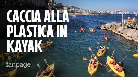 """A caccia di plastica in kayak nel golfo di Napoli: """"Ripuliamo il mare un pezzetto alla volta"""""""