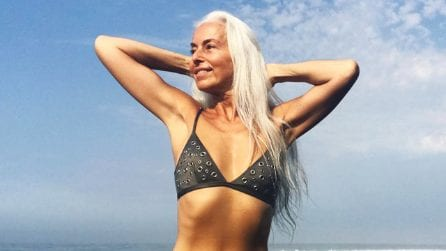 Modella a 63 anni, per dimostrare che anche senza chirurgia plastica la bellezza non ha età
