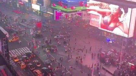 Fuggi fuggi generale a Times Square: si scatena il terrore per la marmitta di una moto