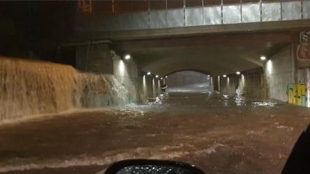 Maltempo Brescia, cascata di acqua nel sottopasso: un'auto viene sommersa