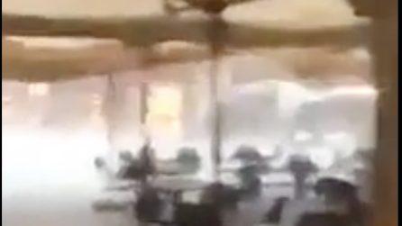Una tempesta violenta colpisce Ascoli Piceno: volano sedie e tavolini, la gente urla di paura