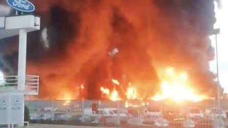 Enorme incendio di plastica e carta: i rifiuti da riciclare in fiamme in un'azienda di Biella
