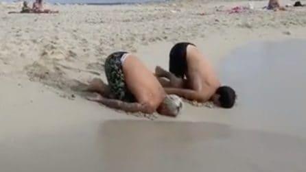 Il curioso modo di entrare in acqua di Fedez e Luis Sal