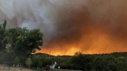 Un incendio gigantesco all'alba: le fiamme altissime visibili dal chilometri di distanza