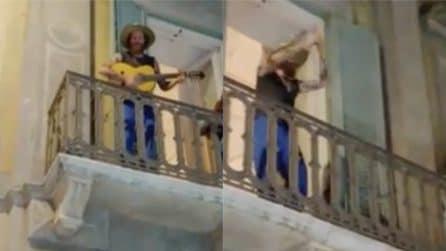 Matera, Jovanotti improvvisa Serenata rap dal balcone: fan in delirio